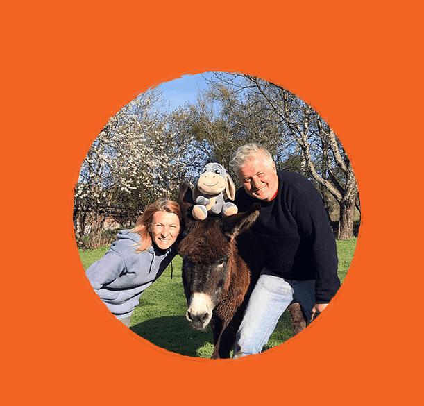 """Siamo Oksana e Michele: due """"Pazzi""""  innamorati l'uno dell'altro e di tutti gli asini dalle orecchie Lunghe e  con musi morbidi di velluto. Ci siamo incontrati nella grande e rumorosa città di Sofia, ma abbiamo deciso di trasferirci nel piccolo e tranquillo villaggio di Madjare. Happy Donkeys nasce dal nostro amore per questi simpatici e adorabili animali (spesso divertenti) e dal  desiderio di cambiare il nostro stile di vita e vivere a stretto contatto con la natura."""